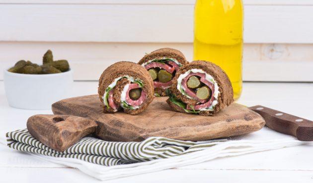Рулет из чёрного хлеба с колбасой