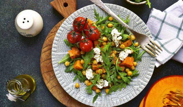 Тёплый салат с тыквой и нутом