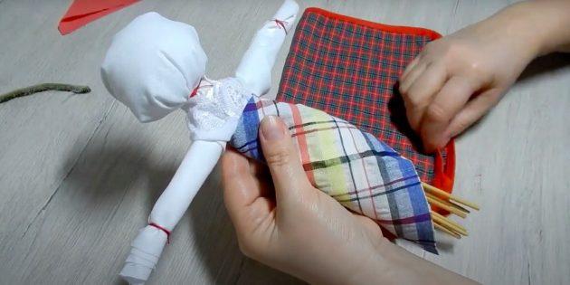 Оберните пояс куклы лоскутом яркой ткани