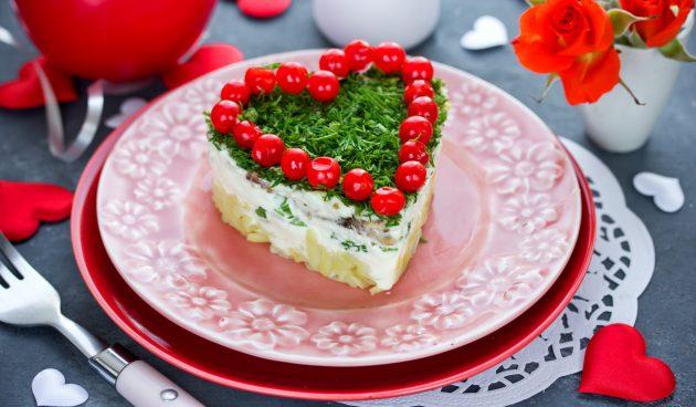 Праздничный салат с селёдкой, картошкой и клюквой