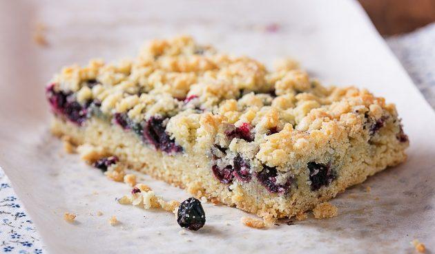 Постный тёртый пирог с ягодами