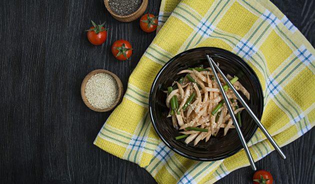 Пикантный салат с дайконом
