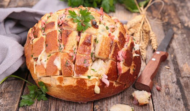 Фаршированный хлеб с сыром и колбасой