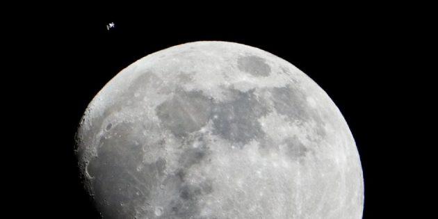 Космос: МКС на фоне Луны