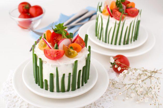 Закусочный торт с рыбными консервами