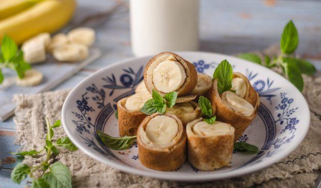 Роллы из блинов с бананами