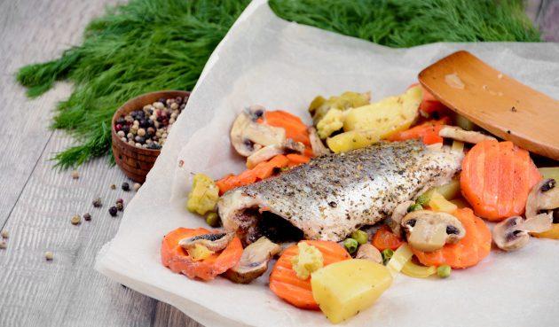Сибас, запечённый в духовке с овощами