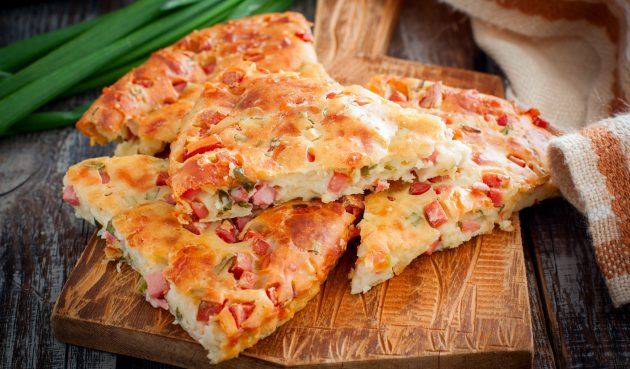 Пирог с колбасой и сыром