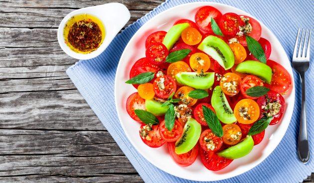 Салат с киви, помидорами и мятной заправкой