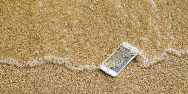 Что делать, если телефон упал в воду: удалите загрязнения