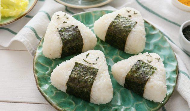 Онигири с консервированным тунцом