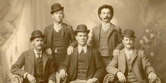 Крайние в нижнем ряду — знаменитые Сандэнс Кид и Бутч Кэссиди