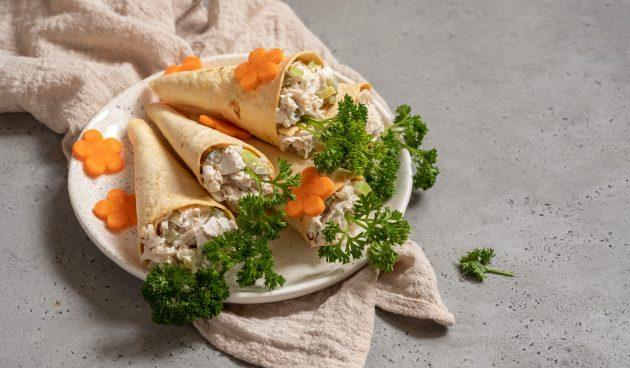 Рожки из тортильи с куриным салатом