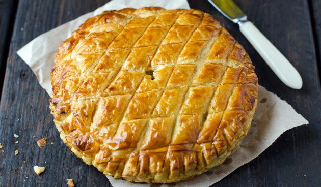 Пирог из слоёного теста с сыром и ветчиной