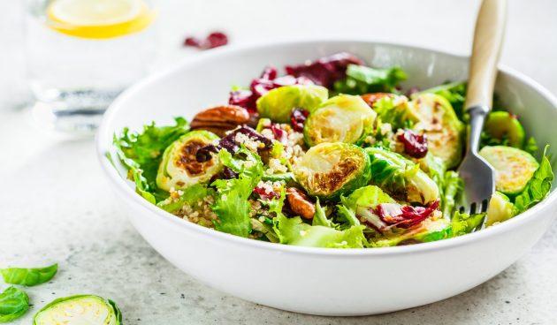 Тёплый салат с брюссельской капустой и киноа
