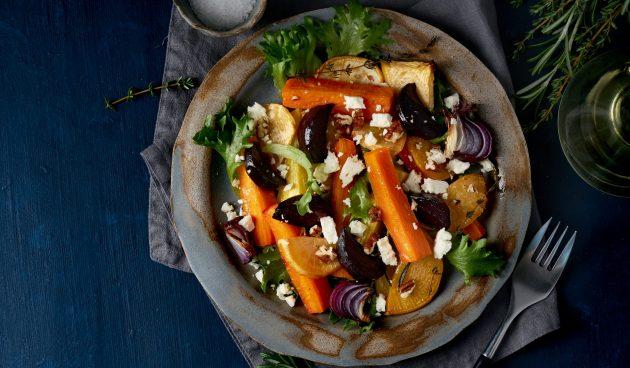 Тёплый салат из запечённой репы и свёклы