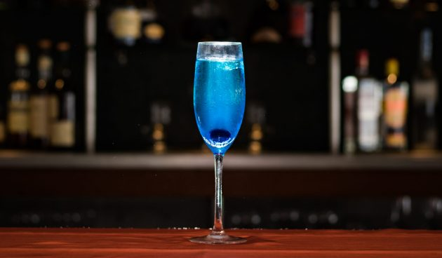 Голубой коктейль с шампанским