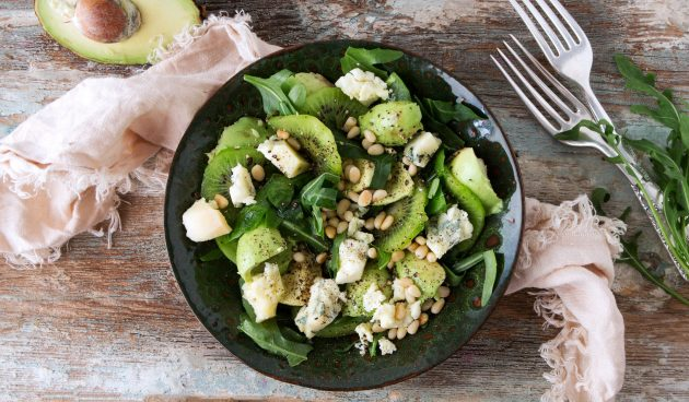 Салат с киви, сыром и авокадо