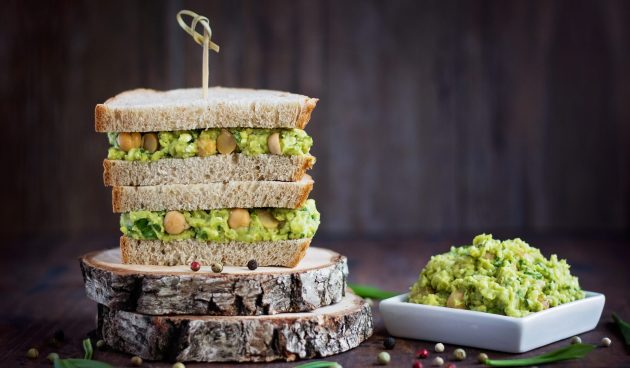 Веганские сэндвичи с нутом и авокадо