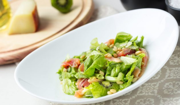 Салат с лососем и киви