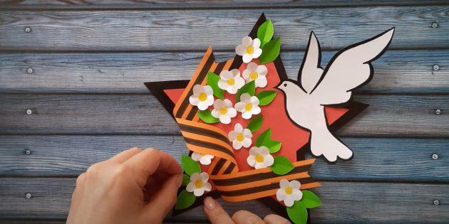 Приклейте цветы и птицу