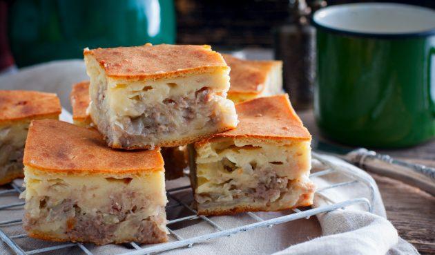 Заливной пирог на кефире с фаршем и картошкой