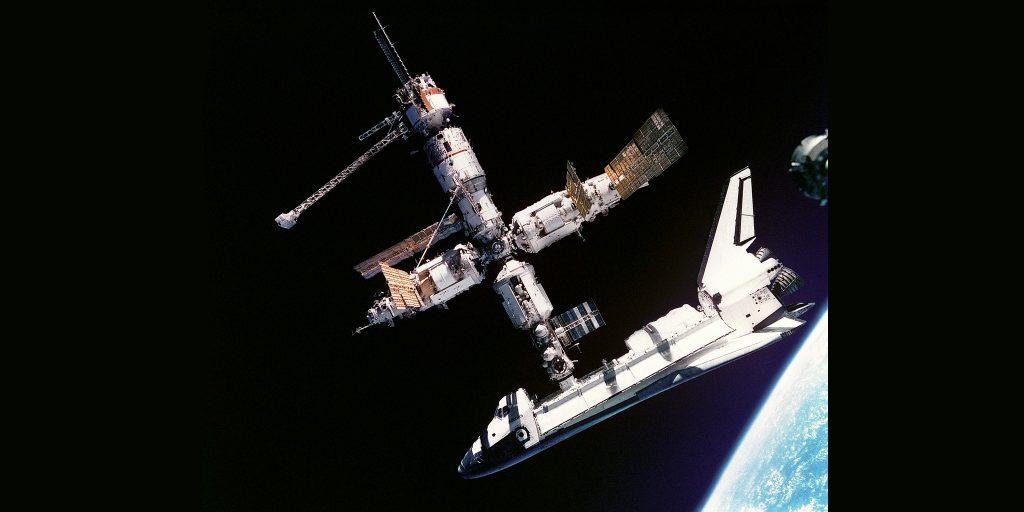 Орбитальная станция «Мир» с пристыкованным к нему американским шаттлом «Атлантис», июль 1995года