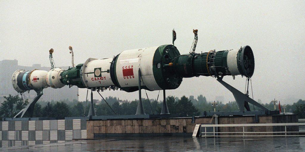 Макет станции «Салют-7» перед одним из павильонов ВДНХ в Москве, 1985год