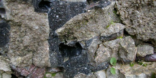 Технологии древних цивилизаций: фрагмент стены в Сент-Сюзанне, Майенн, Франция