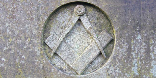 Кто такие масоны: циркуль и наугольник — масонский знак в зале в Ланкастере