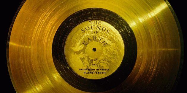 Необычные предметы в космосе: золотая пластинка «Вояджера»