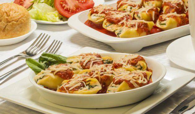 Фаршированные макароны ракушки с курицей и шпинатом