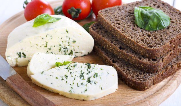 Домашний сыр из кефира и молока с зеленью