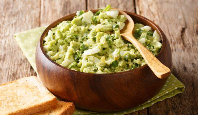 Салат с яйцами, авокадо и зелёным луком