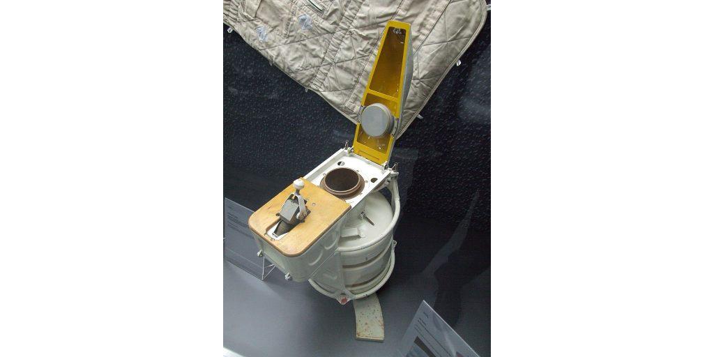 Один из туалетов на орбитальной станции «Мир»
