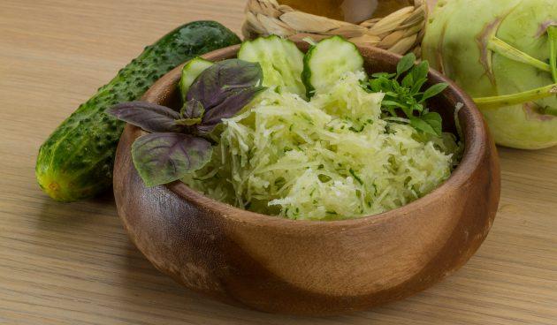 Салат с огурцом и кольраби
