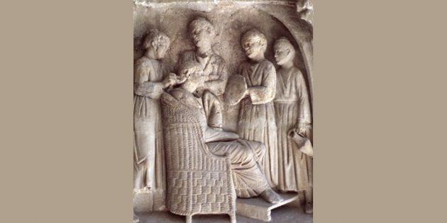 История косметики: римская женщина наводит утренний туалет с помощью слуг.