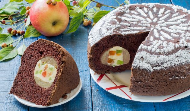 Шоколадный пирог с фаршированными яблоками
