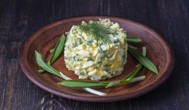 Простой салат из черемши и яиц