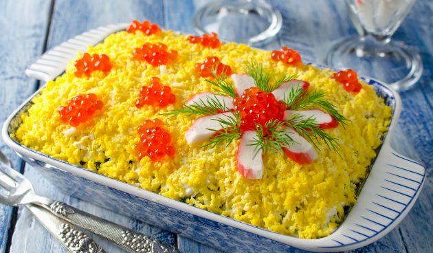 Слоёный салат с морской капустой и крабовыми палочками