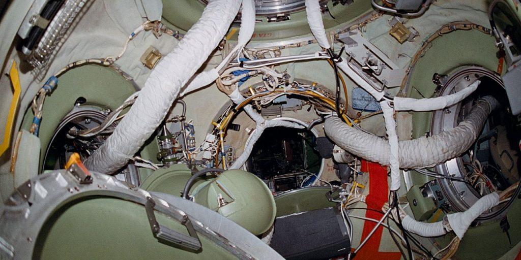 Интерьер стыковочного отсека орбитальной станции «Мир»