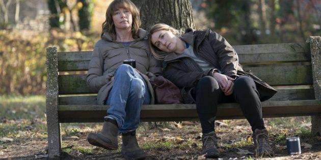 Кейт Уинслет и Джулианна Николсон. Кадр из сериала «Мейр из Исттауна»