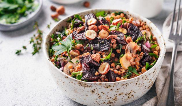 Тёплый салат с гречкой и свёклой