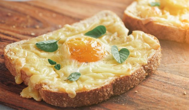 Запечённые тосты с яйцом и сыром