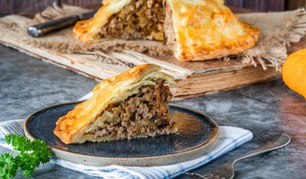 Пирог с мясом, яблоками и черносливом
