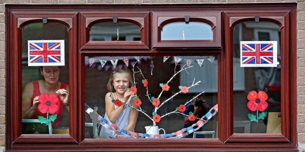Семья из Уэльса украшает дом к VE Day