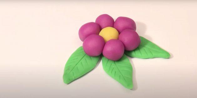 Поделка из пластилина «Цветок»: сделайте лепестки