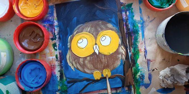 Как нарисовать сову: закрасьте глаза и лапы, обозначьте перья