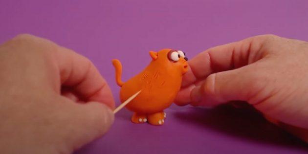 Поделка из пластилина «Кот»: сделайте глаза и покажите шерсть