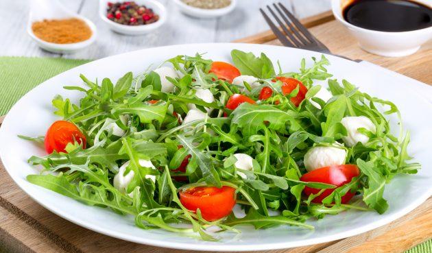 Салат с руколой, моцареллой и помидорами черри